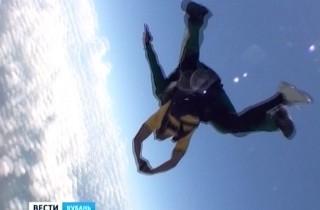 Выход футбольной «Кубани» в Евролигу отметили прыжком с парашютом