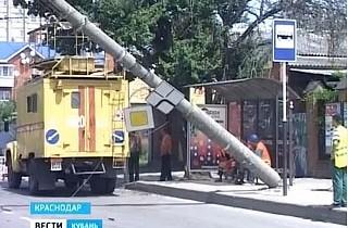 Бетонный столб упал возле троллейбусной остановки в Краснодаре