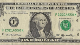 Курс доллара поднялся до рекордной отметки за шесть месяцев