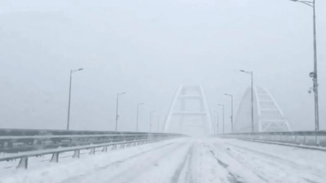 Движение автотранспорта по Крымскому мосту приостановлено из-за непогоды