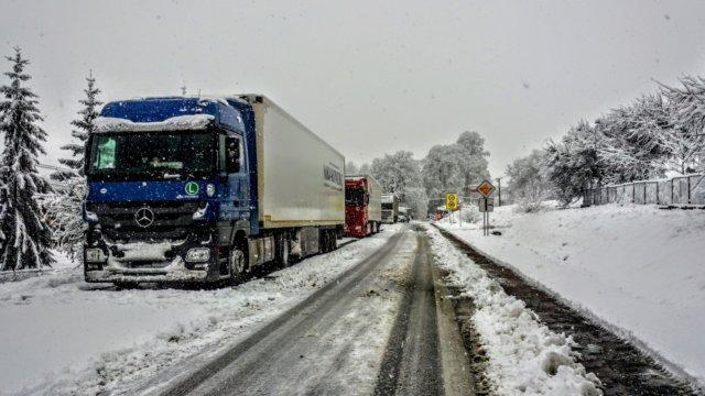 В Сочи из-за снегопада ограничили движение грузовиков