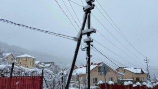 Аварийные бригады энергетиков устраняют последствия снегопада в горах Сочи
