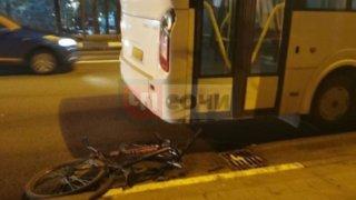 Житель Сочи на велосипеде попытался протаранить автобус