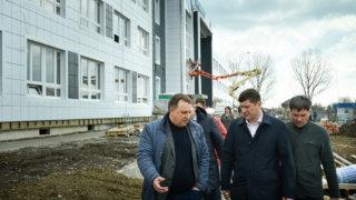 Андрей Алексеенко проверил ход строительных работ на социальных объектах Кореновска