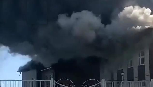 В Кореновске тушат пожар в недостроенном здании детского сада