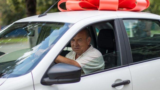 Механизатор ГК «Концерн «Покровский» сделал прививку и выиграл автомобиль